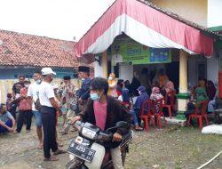 Warga Desa Bunar Menerima Bansos Lewat Kartu ATM Bank Mandiri